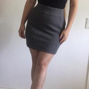 Sød bodycon nederdel i grå striber