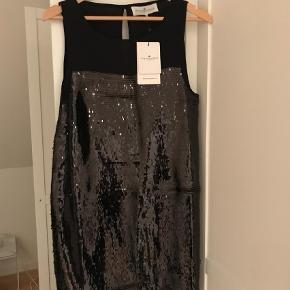 Varetype: Midi Størrelse: 44 Farve: Sort Oprindelig købspris: 1799 kr.  Sort lækker kjole med palietter.  Flot til alle lejligheder.  Bytter ikke.