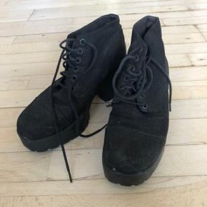 Fine Dioon støvler med snøre i lærred fra vagabond. Størrelsessvarende. Godt brugte og en anelse støvede, men med en klud vil jeg tro, bliver de fine igen. Sælger fordi jeg ikke længere bruger dem. Kan evt afhentes på Nørrebro.