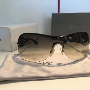 Super fine solbriller fra Dior uden brugsspor inkl. original solbrille pose, original solbrille etui, original pudseklud og original æske.