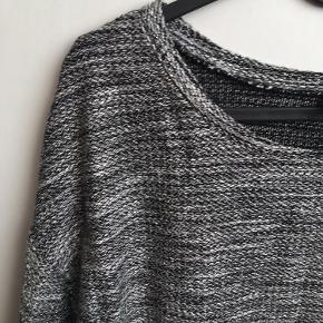Brystvidden: 90cm  Dejlig sweater fra H&M i lysegrå og mørkegrå🌸 Sweateren har 3/4ærmer🌸 Sweateren har været brugt få gange🌸 57% viscose 41% polyester 2% metal fibre