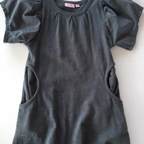 """Super fin kjole i petroliums farve. Ærmerne er i """"silke-agtig"""" stof, har forsøgt at fange det på billedet. Stor i str, passer 4-5 år"""