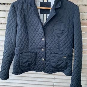 Flot mørkeblå jakke. Brugt meget lidt. Har skrevet str. L fordi det er det den tilsvarer. Massimo Duttis jakker er meget små i str. og jeg køber altid deres XXL. Jeg er en str. M/L normalt 😊