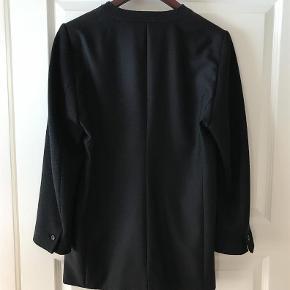 """Varetype: Blazer med strikærmer Farve: Sort Oprindelig købspris: 1500 kr.  Smart jakke fra Day med strikærmer.  Fejler intet.  60% uld, 40% polyester. Brystvidde 2x53 cm. Længde 74 cm.   TRYK PÅ """"KØB NU"""" FOR AT SIKRE DIG HANDLEN :-)"""
