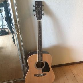 Fin guitar fra Chord. Den er næsten ikke brugt. Den har fået nye strenge for et stykke tid tilbage. Jeg modtager bud.