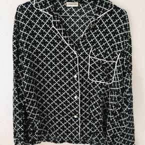 Skjorte fra Malene Birger str. 34. Aldrig brugt og medfølger stofpose til skjorten. Flere billeder kan tilsendes.  Ny pris 1599,-  Mp 350,-