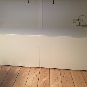 Hvid skænk/TV-bord med højglans låger. Hylder indvendig.  Den er fra IKEA - fin stand.