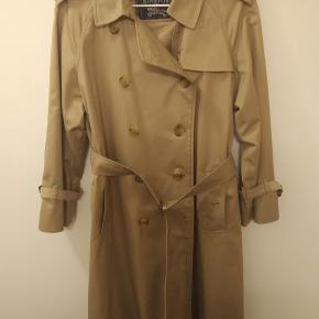 Hej :)  Jeg sælger denne trenchcoat fra Burberry da jeg ikke får den brugt, og jeg sparer sammen til noget nyt.  Standen er som ny  Skriv for flere billeder Prisen er fast :)