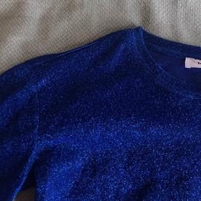 Blå, gennemsigtig glimmertrøje fra Moss Copenhagen 💙 Har aldrig været brugt men er perfekt til fest 🤩