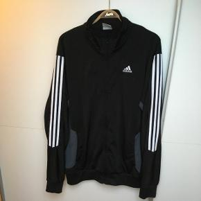 Sort Adidas zip up med stort ryg logo. Fin stand.