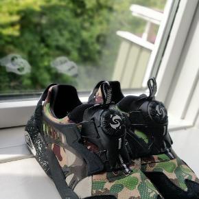 Meget lækker Bape x Puma sko, som er fed i samlingen sælges billigt. Har selv været utrolig glad for de her sko, men har ikke fået brugt den særlig meget.  Skoen er udgået og ses derfor meget meget sjældent på markedet.  Jeg rengøre skoene grundigt før salg.  Ny prisen var: 1600kr  Har bud på 500kr  Cond: 8/10  Skriv PB for flere billeder.  # supreme, Gucci, balmain, Marcello burlon, Nike, adidas, Converse, cdg, Versace, acne, assc, ASICS, Armani, arigato, Sergio, gosha