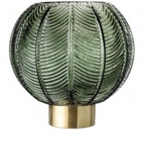 Smuk og stilet mørkegrøn vase fra Bloomingville med guld fod. Perfekt til både blomster, planter eller bare pynt til hjemmet.