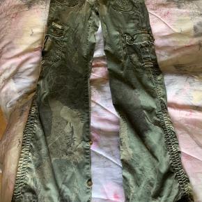 Camouflagebukser str:S/34 Mærke : Ring jeans- jeans West. Lange ben som Kan smøres op og bindes i Benene. Brugt, men pæne