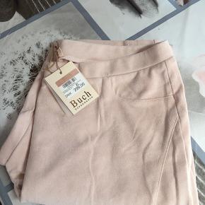 Helt nye mega lækre og bløde støvet rosa ruskindsblødt agtig leggings jeg kan desværre ikke passe dem jeg har lige købt dem istedetfor at sende retur sælger jeg dem herigennem lidt billigere de så lækre det så meget øv jeg ik kan passe dem