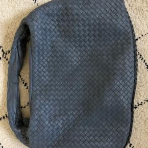 Sælger denne smukke blågrå Bottega Veneta taske. Tasken er brugt men i god stand, der er kun lidt slid på hjørnerne hvilket ikke ses tydeligt. Tasken måler ca. 48x30 cm. Der medfølger dustbag, spejl og ægtehedsbevis. Skriv for flere billeder 💙