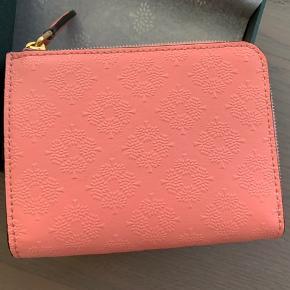 Part zip coin pouch i macaroon pink. Æske medfølger.
