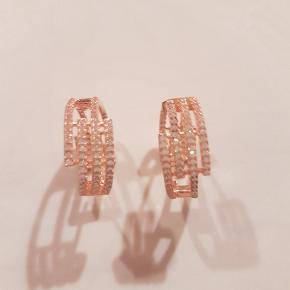 Helt nye flotte øreringee fra Sif Jacobs  Aldrig brugt  nyt på 1700 kr   Sælges for kun  480 kr   afhentning på adressen i Hvidovre