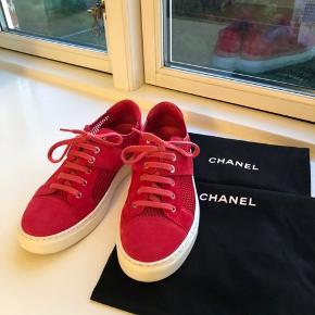 Jeg sælger mine VIDUNDERLIGE & UNIKKE Chanel sneakers. Da jeg desværre er vokset et halvt nr i sko efter graviditet..   De er brugt 7-10 gange.  Condition: 9/10   Nypris var: 775 dollars - 5000kr  Købt eksklusivt i Bergdorf Goodman i NYC - Har stadig kvittering