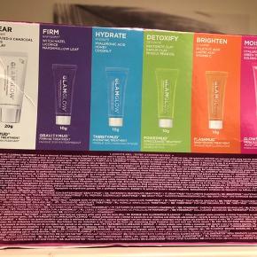 GlamGlow Glow Essentials Mask & Moisture Kit i dette kit får du 6 af GlamGlows populære produkter Supermud®, Gravitymud™, Thirstymud™, Powermud™ og Flashmud™ samt must-have ansigtscremen, Glowstarter™, der giver huden en strålende glød. Størrelserne er perfekte til at tage med på rejsen, så du kan forkæle dig med en ansigtsbehandling on-the-go. Eller hvis du blot ønsker at prøve GlamGlows fantastiske produkter. For den ultimative glød kan du mix & match dine favorit maskebehandlinger og derefter anvende Glowstarter™ for et øjeblikkelig, strålende resultat.