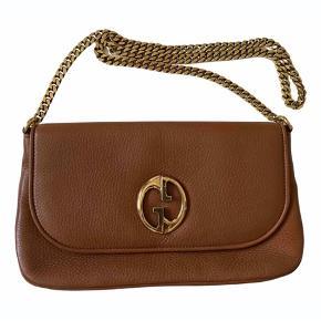 Gucci 1973 taske. Smuk skuldertaske uden nogen tegn på slid. Lækkert brunt skind med guld hardware. 26 cm bred og 16 cm høj. Kæden er 90 cm.  Der medfølger dustbag.