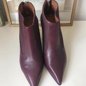 Varetype: Støvler Farve: Blomme  Støvler der er som nye bortset fra enkelte ridser og meget lille skramme foran hvor farven er lysere. Chunky hæl og lynlås bagpå.        Bytter ikke :)