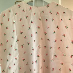 Super fed t shirt med flot mønster og lynlås i nakken