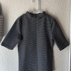 Fin trøje med crew neck - Sidder tæt på kroppen  Kun brugt få gange - fejler intet  Sælges billigt
