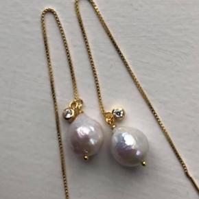 Mille øreringe - Smukke hvide små barok perler i forgyldte kædeøreringe med krystal vedhæng.