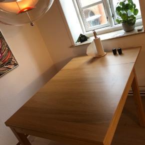 Spisebord med udtrækningsplader.  90*90cm 129*90cm 168*90cm  Hurtig handel ønskes, byd gerne 😊