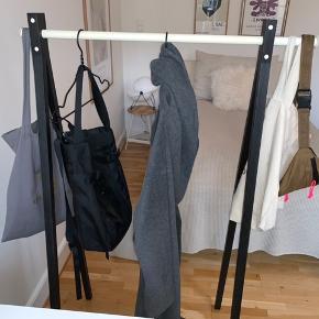 'Dress-Up' tøjstativ fra Nomess sælges. Måler 120 cm (bredde) x 48 cm (dybde) x 147 cm (højde). Materialet er sortbejdset ask og en hvidmalet aluminiums stang. Nypris var 1.800 kr., og det bærer ingen præg af slid.