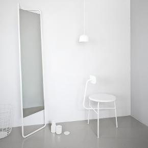Flot og industrielt gulvspejl i hvidt pulverlakeret stål fra MENU (MENU Kaschkasch Floor Mirror) sælges til kr. 500. Vejledende pris er kr. 2.195.  https://www.luxoliving.dk/menu-kaschkasch-floor-mirror-hvid/?gclid=Cj0KCQjwoKzsBRC5ARIsAITcwXFtvMHSrVYAGmFKZ8ejbwMGwbVsSw5s4Cp285RmcUNLn7MacdALL6EaAjpFEALw_wcB  Spejlet befinder sig på 4. sal i København S, hvor det som udgangspunkt skal afhentes. Spejlet kan dog mod forudbetaling samt et gebyr leveres i Hovedstadsområdet.