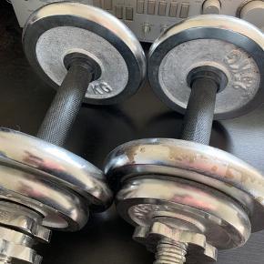 To stk. håndvægter, som pr. stk. vejer omkring 8-9 kg. med stang.  Bruger dem desværre aldrig  Kan hentes ved Lergravsparken