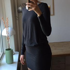 Kjolen er fra Moss Copenhagen og er en størrelse M. Kjolen har været brugt, men fejler intet  Skriv endelig for flere billeder eller spørgsmål:))