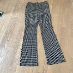 Helt nye. Næsten som leggings at have på. Lidt lavtaljede. Indvendig benlængde er 85.