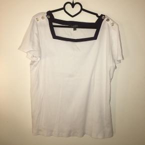 """Ralph Lauren T-shirt , lidt speciel men super fed Str XL, men L kan sagtens også passe den  Byd  Du kan trykke """"køb nu"""", og så er vores handel forsikret, gennem tradono.  Jeg sender også gerne med DAO, for 38 kr hvis ikke du er interesseret i at oprette en handel eller trykke """"køb nu"""". 🌈  Varen kan også hentes i Randers 🤝"""
