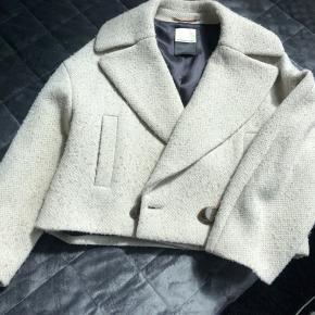 Lækker efterårs jakke fra By Malene Birger. Jakken er let at style både til jeans og til pænt brug. Nypris ca. 2500, næsten aldrig brugt!