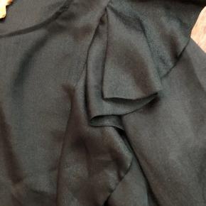 Rigtig fin bluse fra H&M sælges. Farven er flaskegrøn og rigtig fin til fx fest og kommende julefrokoster :-) Ingen slid overhovedet og kun anvendt få gange.  Fra røgfrit hjem. Forsendelse med DAO.