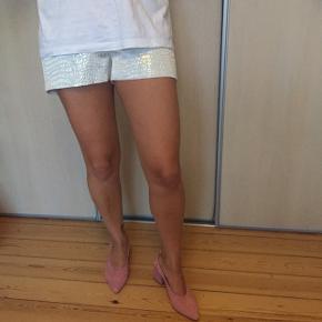 Helt nye sølv shorts fra Topshop. Slangeskind / dyreprint prægning i skinnende stof. Lynlås lukning.  Ny pris: 30 pund (fejlkøb fra London)   Sender gerne med DAO :)