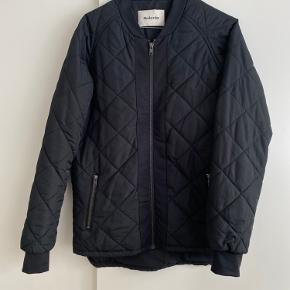 Overgangs jakke fra Modström. Perfekt som efterårsjakke/overgangsjakke. Passer en xs/s