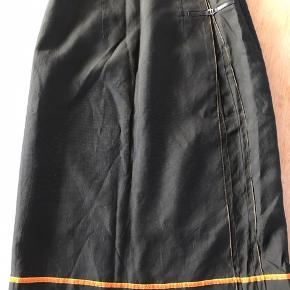 Flot nederdel i army grøn og smart orange stribe hele vejen rundt. Lidt lille i størrelse - passer måske bedre en str. 36. Måler i længden 60cm. Afhentning