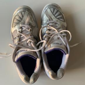 Lilla/hvide Asics gel beyond sko sælges i str. 41,5💜 perfekt til indendørsbrug til fx badminton, håndbold, volleyball eller bordtennis etc.  Skoen er i god stand, og er kun benyttet et par gange. Sælges da de er for store.  Kan købes for 150kr. Afhentes i Allerød eller sendes med posten😊 Køber betaler fragt.