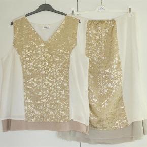 Varetype: Bluse + nederdel Størrelse: M/L (storpige str) Farve: hvid + guld Oprindelig købspris: 900 kr.  Flot sæt bestående af bluse/top og nederdel. Blusen har lynlås i siden, og nederdelen har elastik-liv. Begge dele er med foer og derfor ikke gennemsigtigt.  Blusen: Brystvidde: 64 cm x 2 Hoftevidde: 69 cm x 2 Længde: 70½ cm  Nederdel: Livvidde: 45-59 cm x 2  Længde: 74 cm   Ingen byt, og prisen er fast.  Forsikret forsendelse med TS's samarbejdspartner DAO. Hvis du ønsker anden forsendelse, så bare sig til.