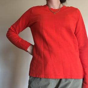 Flot orange sweatshirt fra Vero Moda, med slidsdetalje i begge sider, hvor den er firkantet foran og afrundet bagtil. Har samme trøje til salg i sort.  100% bomuld. Røgfrit hjem 🚭