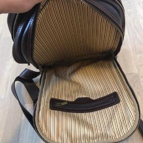 Rygsække i lækkert italiensk læder fra Tuscany Leather.  Passer perfekt til 13 tommer pc, og der er masser plads til bøger, oplader osv. Rigtig god til hverdags- og rejsetaske. Står i super fin stand, og læderet bliver bare lækre med årene.