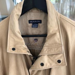 Lækker jakke i meget blødt og lækkert skind. Jakken har ikke været til rensning - der er lidt små pletter bag på ( sidste billede) ikke tydelige men skal lige nævnes ;-))  Derfor prisen.