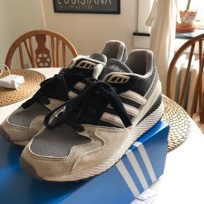 Et par fede Adidas ultra tech. Har brugt dem 3-4 gange. Ser fuldstændig nye ud