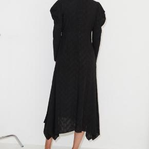 Helt ny, stadig med prismærke i!!! Smukkeste og fineste kjole fra Malene Birger. Kjolen hedder Alepis 🖤🖤