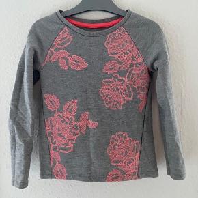 Bluse 110-116  -fast pris -køb 4 annoncer og den billigste er gratis - kan afhentes på Mimersgade 111 - sender gerne hvis du betaler Porto - mødes ikke andre steder  - bytter ikke