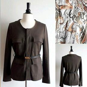 Kudibal Adele safari jakke - model Adele Farve: olivengrøn Nypris 2.099,00 DKK   - Jeg har kvittering Beskrivelse Kudibal safari jakke i olivengrøn. 4 lommer på front, sort læderbælte. skjult knaplukning. Brugt en gang, fremstår som ny. Det eksklusive og feminine brand Dea Kudibal blev startet af designeren Dea Kudibal i 2003. Hendes første kollektion bestod af lækre tørklæder og sjaler og først i 2008 kom hendes første kollektion med Dea Kudibal tøj, som i dag er let genkendeligt.   Tøjet er lavet i feminine prints, legende farver og med flatterende silhuetter og pasform. Udseendet er sofistikeret og luksuiøst og kvaliteten er blevet et varemærke for Dea Kudibal. Holdbarheden og stretch silke er en vigtig del af hver kollektion.  Jeg har orginal kvittering. 70% viscose, 25%polyamid 5% elestan Størrelse M - Længde ca 65 cm - Ærme ca 63 cm - Bryst omkreds ca 96 cm - Talje omkreds ca 86 cm - Hofte omkreds ca 98 cm TJEK MINE ANDRE ANNONCER, HAR MANGE FINE TING.