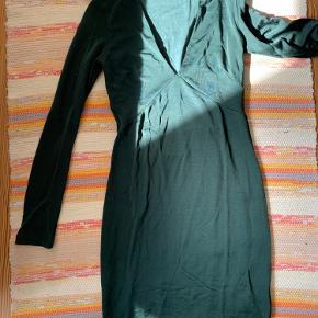 Super flot grøn kjole. Tætsiddende og med dyb udskæring fortil.   Aldrig brugt. Fejler intet!